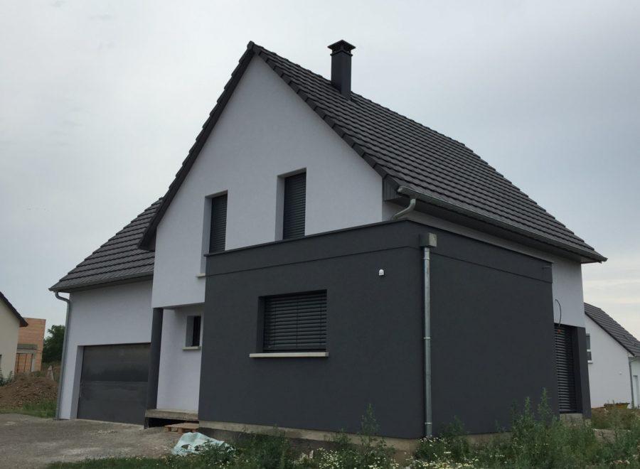 Maison avec garage accolé et une partie toit plat