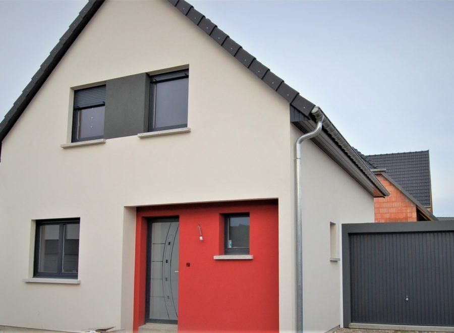 Maison deux pans avec porche d'entrée rouge
