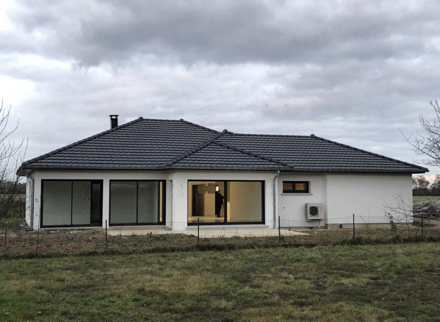 Maison plain-pied contemporaine avec grandes baies vitrées