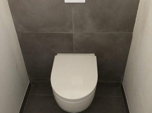 Maison BEGI toilettes suspendues carrelage gris