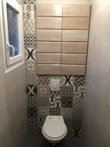 Toilettes supendues avec carrelage carreaux de ciment