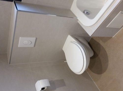 carrelage gris clair avec toilettes suspendues