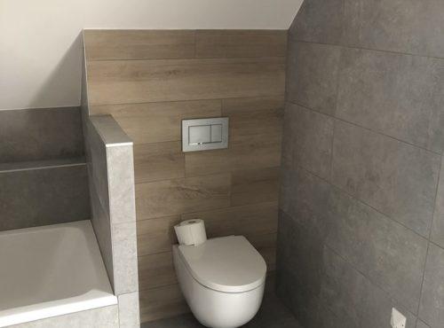 Carrelage béton et bois pour ces toilettes suspendues