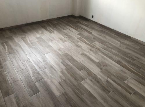 Carrelage effet bois grisé.