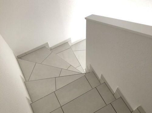 Escaliers en carrelage avec la finition Begi.