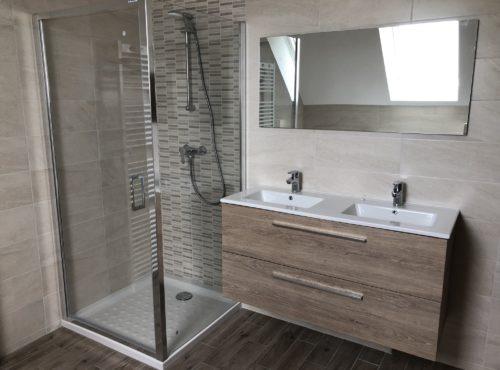 Salle de bain avec douche bac extra plat esprit nature.