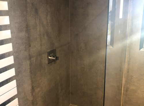 Douche à l'italienne avec enduit effet pierre