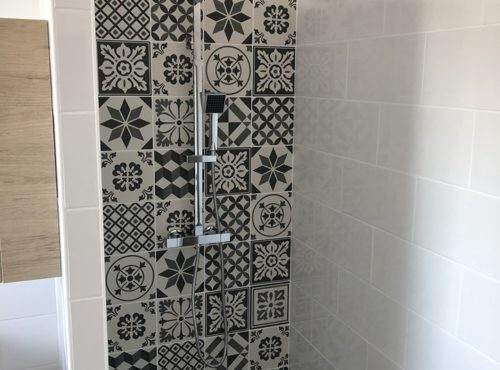 Douche avec carrelage carreaux de ciment
