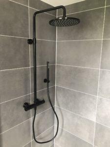 Douche avec carrelage effet béton ciré