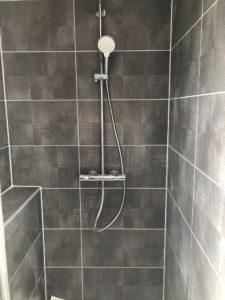Douche avec carrelage gris