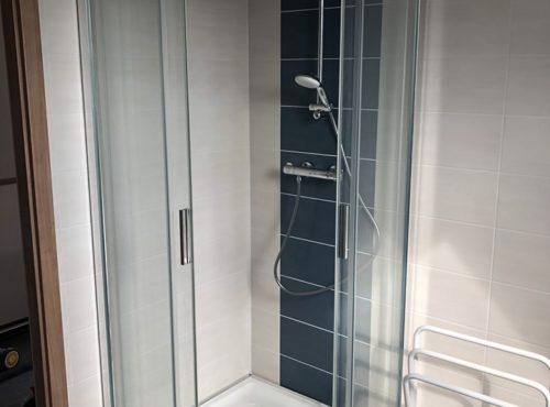 Douche avec portes vitrées