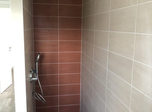 Douche carrelage beige et orange