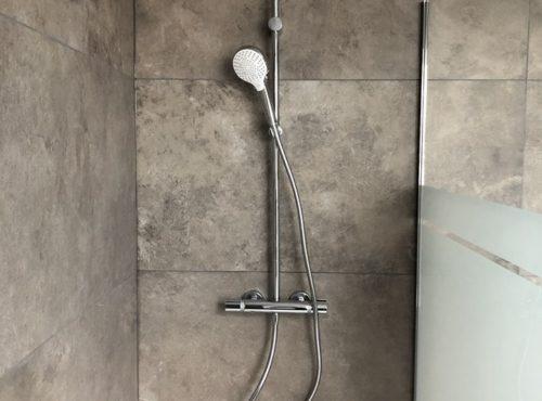 Maison garage accolé avec douche carrelage effet marbre