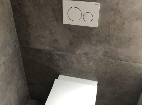 Toilettes suspendues avec carrelage effet marbre
