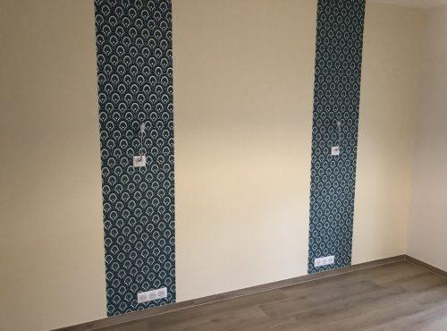 Chambre avec applique sur lé de tapisserie