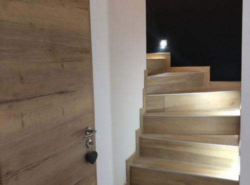 Bel escalier carrelage bois et porte intérieure effet bois Staffelfelden